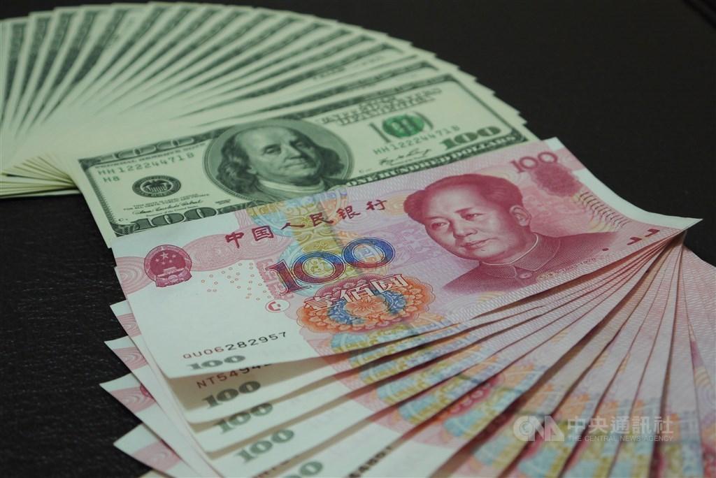 知情人士披露,美國政府告訴中國,只有一個月的時間達成貿易協議,否則就等著所有銷美貨品全被加徵關稅。圖為美元與人民幣。(中央社檔案照片)