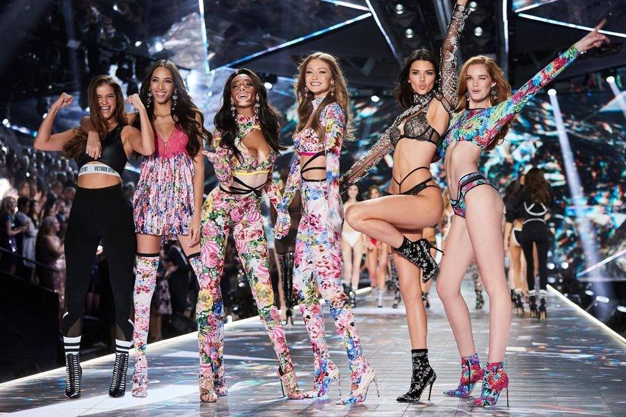 維多利亞的秘密年度時尚大秀收視率過去幾年不斷下滑,如今傳出將不再於電視聯播。(圖取自facebook.com/victoriassecret)