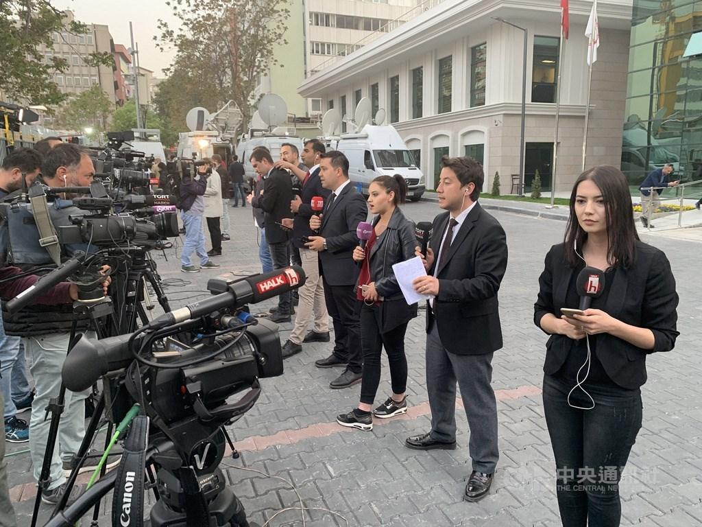 土耳其最高選舉委員會(YSK)6日裁定第一大城伊斯坦堡巿長重新選舉。消息經披露後,YSK廣場上的電視新聞台紛紛現場連線,報導這項爆炸性決定。中央社記者何宏儒安卡拉攝 108年5月12日