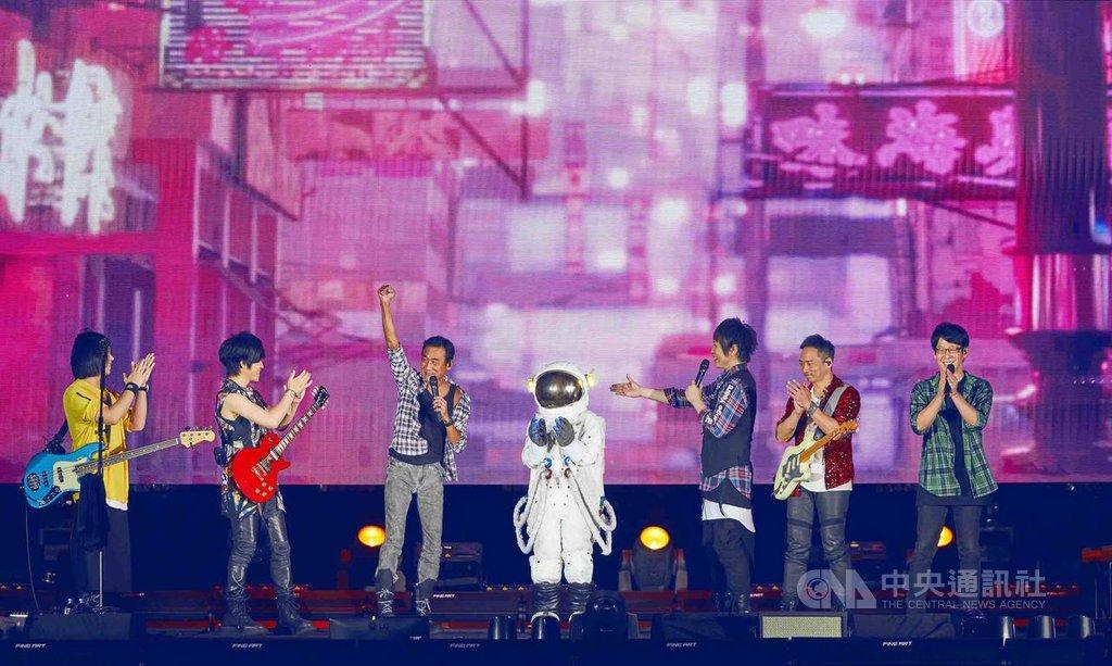 樂團五月天11日晚間在香港迪士尼樂園開唱,嘉賓邀來曾在歌曲「頑固」MV客串演出的香港影帝梁家輝(左3),讓上萬名歌迷又驚又喜。(相信音樂提供)中央社記者江佩凌傳真 108年5月12日