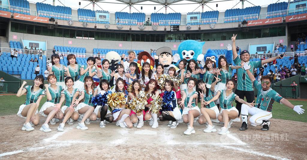中華職棒Lamigo桃猿隊12日持續在桃園球場舉辦主題活動「YOKOSO桃猿」,並邀請日職球團吉祥物與啦啦隊到場參與,向台灣球迷展現道地日系應援風格。中央社記者張新偉攝 108年5月12日