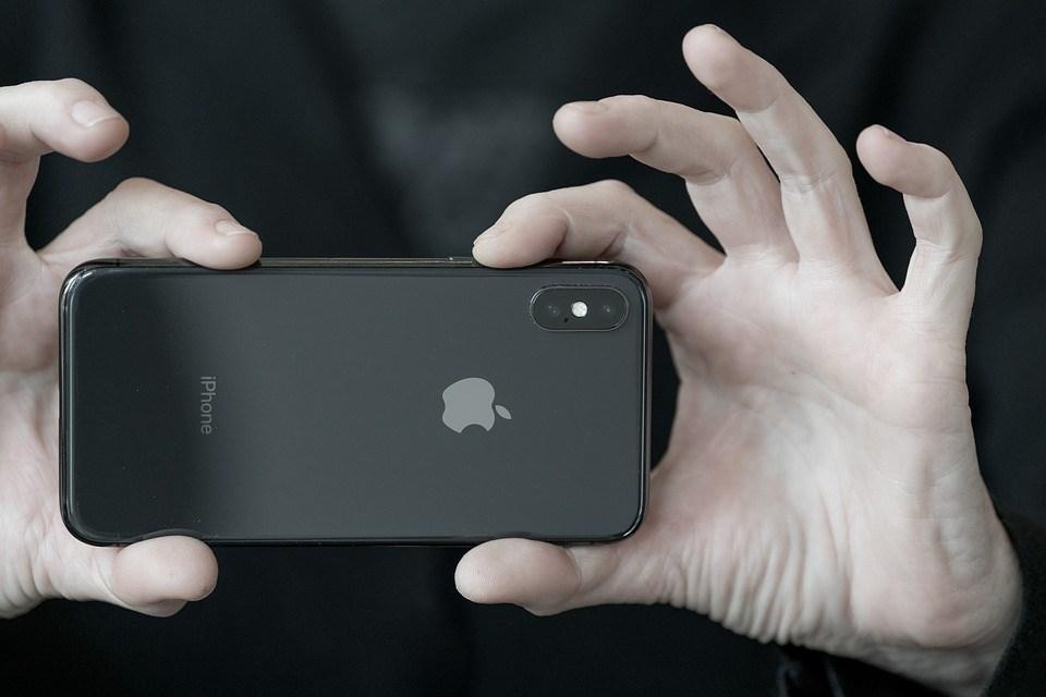 市場憂心,蘋果在中國組裝的大量產品一旦被美國加徵25%進口關稅,蘋果將面臨自行吸收或轉嫁給消費者的兩難抉擇。圖為蘋果iPhone手機。(圖取自Pixabay圖庫)
