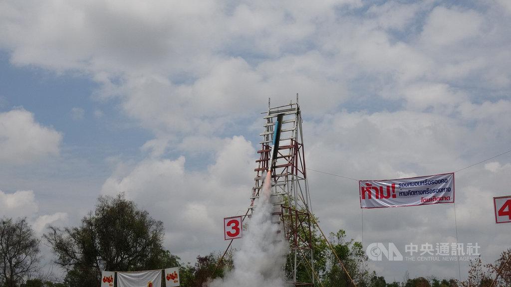 泰國東北部的也梭吞府在12日舉行火箭節比賽,農民組隊發射自製的巨型火箭,代表向老天祈雨,讓農作豐收,是泰國重要的節慶之一。中央社記者呂欣憓也梭吞府攝 108年5月13日