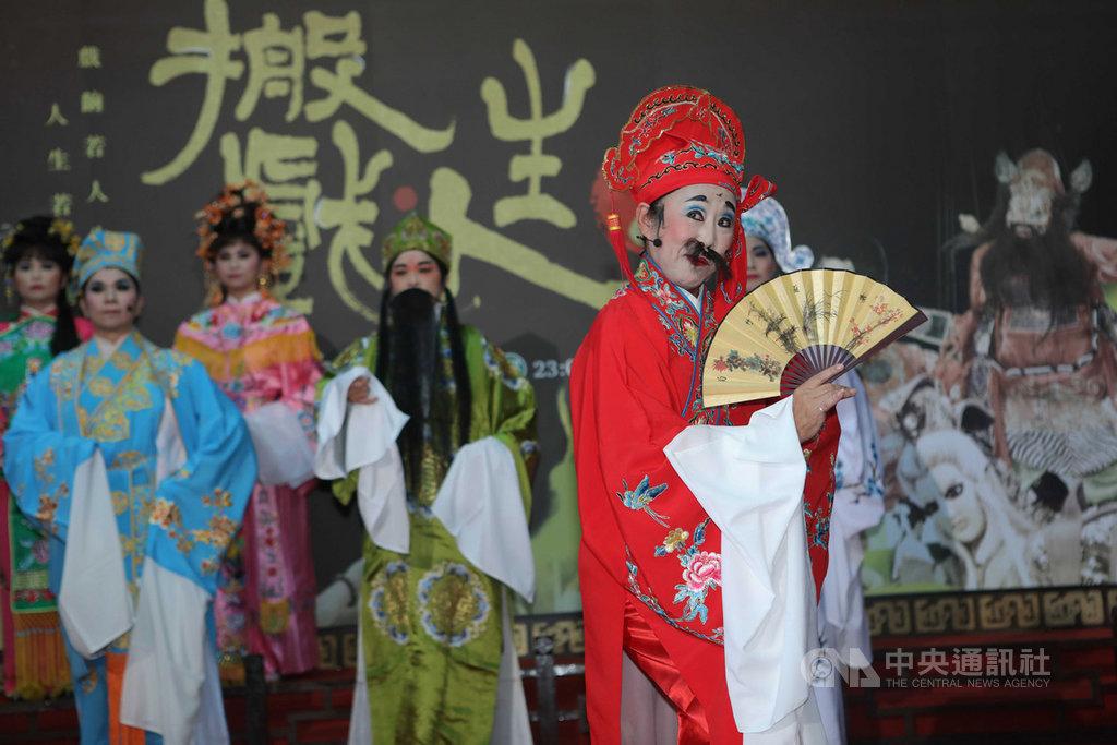 台語藝文節目「搬戲人生」第2季由公視、華視合作推出,14日在華視舉辦記者會熱鬧宣傳,邀來新錦珠劇團表演台灣僅存的「九甲戲」。(公視提供)中央社記者江佩凌傳真 108年5月14日