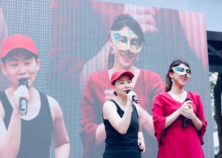 同志情侶圖文作家厭世姬(右)、劇作家簡莉穎宣布將在24日結婚。(圖取自facebook.com/zooofdepression)
