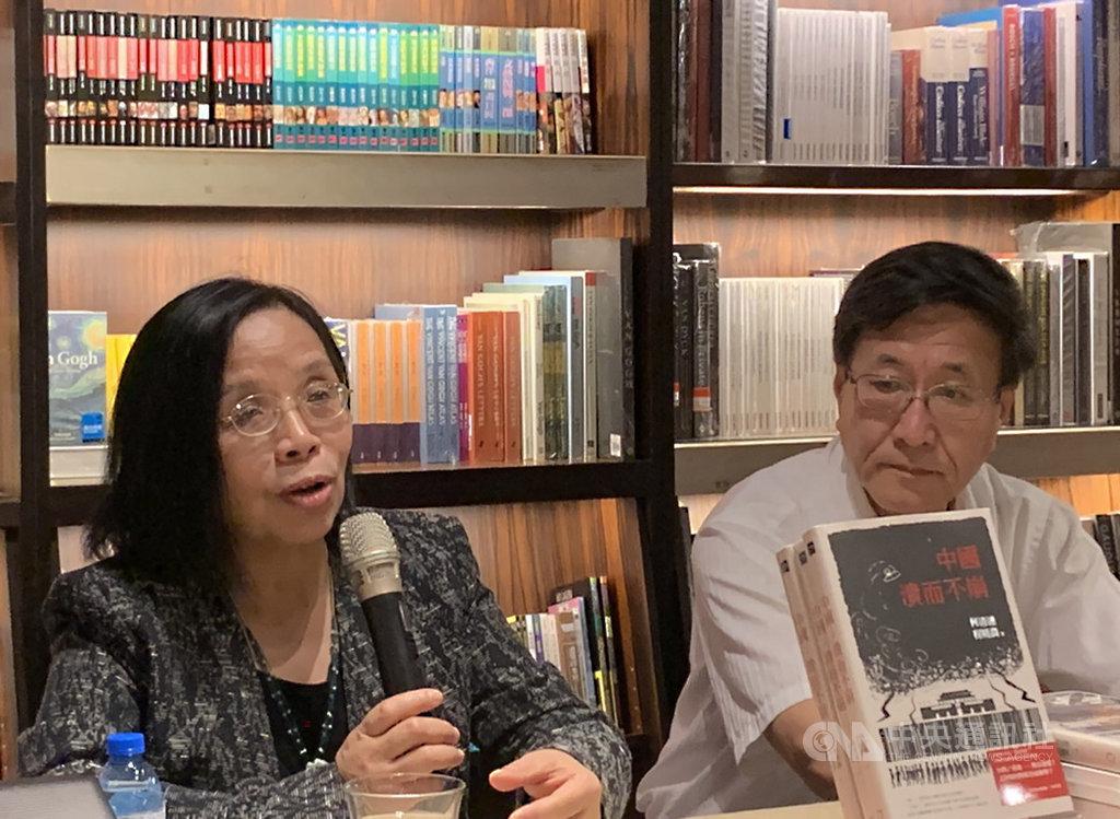 「紅色滲透:中國媒體全球擴張的真相」一書作者、中國大陸政經學者何清漣(左)15日在誠品敦南店舉行新書講座,分享對媒體與政治文化的觀察。中央社記者陳政偉攝 108年5月15日
