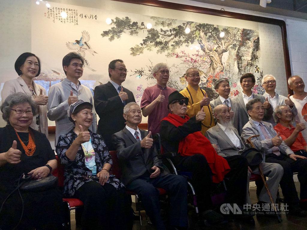 國父紀念館16日舉行47週年館慶,館長梁永斐(後排左4)邀請台灣12位書畫名家共繪的巨幅畫作「台灣風情」也同時揭幕。中央社記者洪健倫攝 108年5月16日