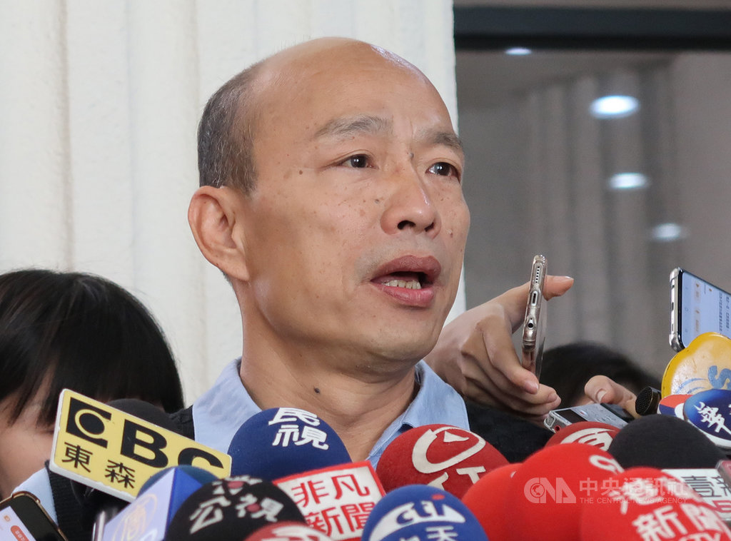 高雄市長韓國瑜(前)16日受訪表示,拋出總統兼閣揆的說法是因為他關切國家未來的發展,也觀察到國家憲政體制出了問題,沒有其他的惡意,這都是可探討的議題。中央社記者王淑芬攝  108年5月16日