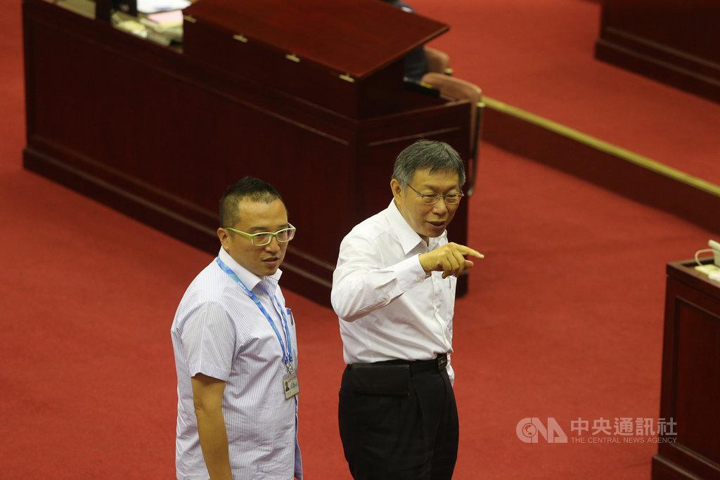 台北市長柯文哲(右)16日在幕僚周榆修(左)的陪同下,赴台北市議會進行專案報告。中央社記者徐肇昌攝  108年5月16日