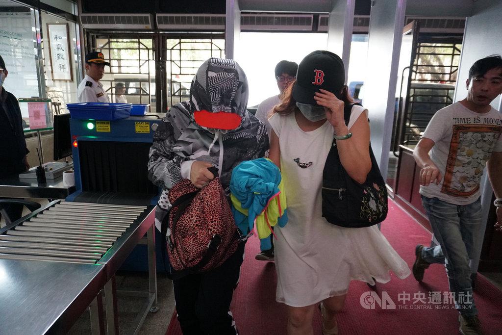 藝人費玉清15日晚間在松山小巨蛋舉行演唱會,兩名女粉絲因故發生衝突,互控傷害。台北市警方16日中午將2人移送台北地檢署偵訊。中央社記者林長順攝  108年5月16日