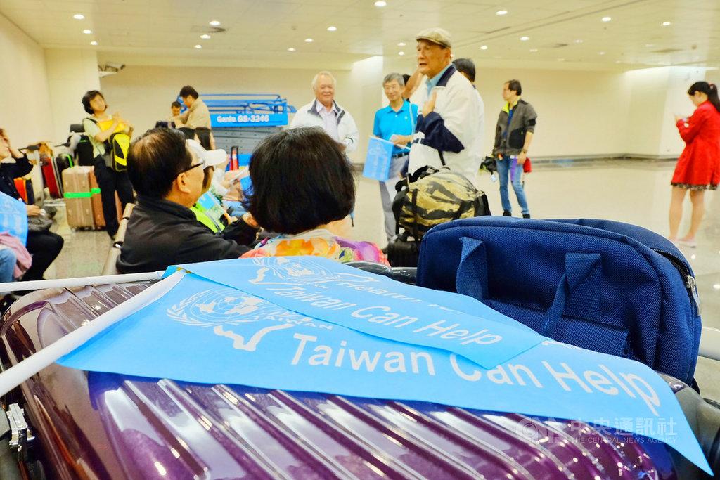 世界衛生大會(WHA)將在瑞士日內瓦登場,由民間團體號召組成的「台灣加入WHO宣達團」16日晚間搭機啟程,將赴當地為台灣參加WHA做宣傳,也盼傳達台灣加入世界衛生組織(WHO)的強烈意願。中央社記者吳睿騏桃園機場攝 108年5月16日