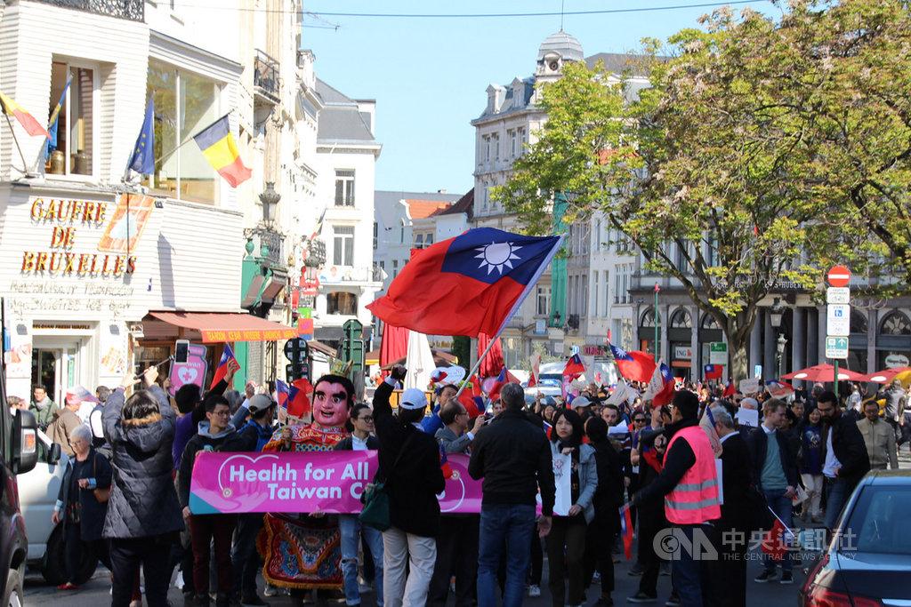 駐歐盟兼駐比利時代表處號召僑胞和留學生16日上街支持台灣參與世界衛生大會,約300名僑胞出席,共同為台灣發聲。中央社記者唐佩君布魯塞爾攝 108年5月16日