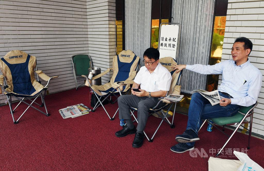 民進黨立委鄭運鵬(右)、吳秉叡(左)等,16日輪流到議場大門排隊,以確保17日將表決處理的同婚專法,議程能順利進行,不受干擾。中央社記者施宗暉攝  108年5月16日
