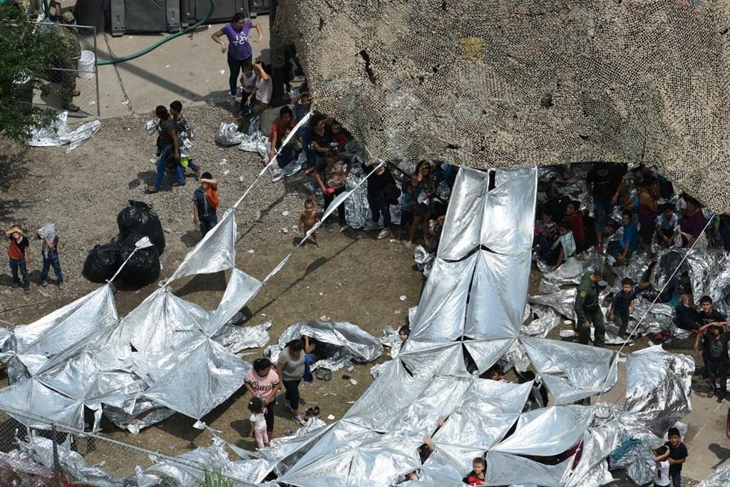 路透社報導,大批移民席地睡在德州麥卡倫美國邊界巡防隊的哨站外,用防水求生毯搭起臨時棚。(路透社提供)