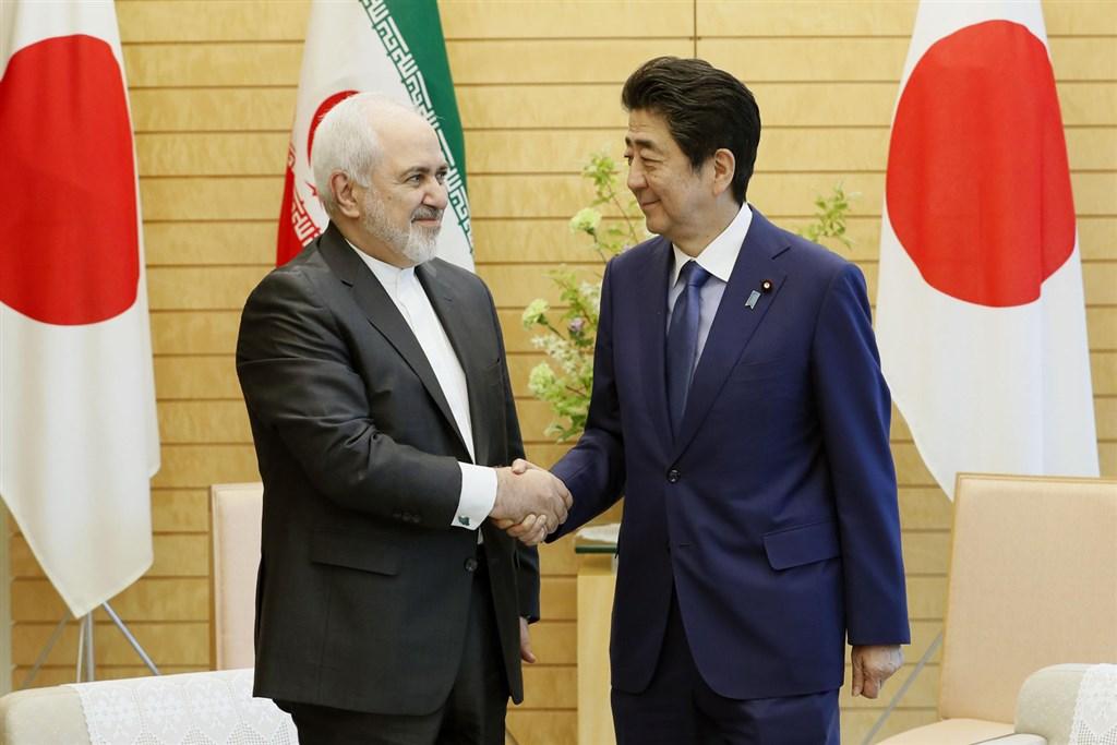 伊朗外交部長查瑞夫(左)15日突然訪日,並於16日上午與日本首相安倍晉三(右)等人會談。(共同社提供)