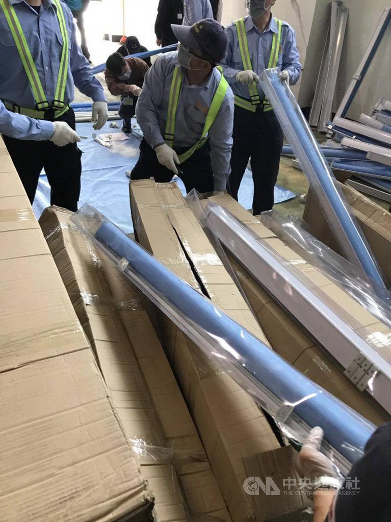 販毒集團108年1月利用海運貨櫃方式,自越南將愷他命毒品夾藏在窗簾鋁管內,貨櫃在通關查驗時,被海關關員發現有異,經逐一拆封進行查驗後,搜出分裝成962小包、總重305公斤的毒品。(檢方提供)中央社記者蘇木春傳真  108年5月16日