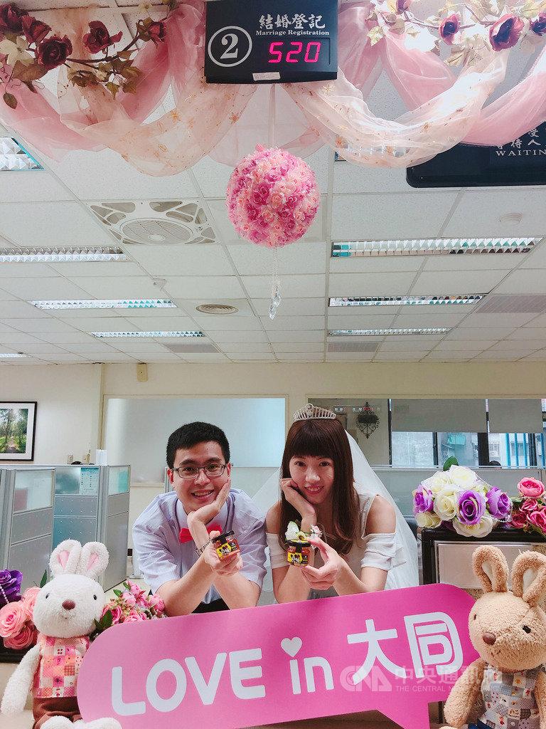 諧音「我愛你」的5月20日即將到來,台北市民政局推出「蜂擁520,甜蜜我愛你」結婚活動,凡是20日於台北市戶政事務所登記結婚,即可獲「迪士尼紀念手作蜂蜜」,限量520組。(台北市民政局提供)中央社記者陳怡璇傳真 108年5月16日