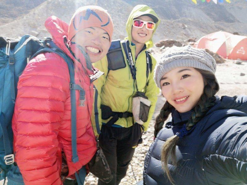台灣登山好手呂忠翰(左起)、張元植和詹喬愉登上世界第5高峰馬卡魯峰,是台灣登山界的第一次。(圖取自K2 Project 張元植X呂忠翰八千計畫臉書facebook.com)