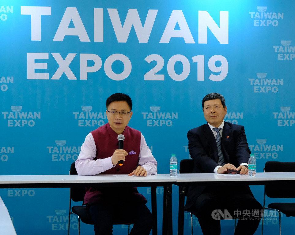 貿協董事長黃志芳(左)16日在新德里舉行的台灣形象展接受媒體聯訪,說明貿協在印度市場的努力目標,持續協助台灣民間石化業布局印度。中央社記者康世人新德里攝  108年5月16日