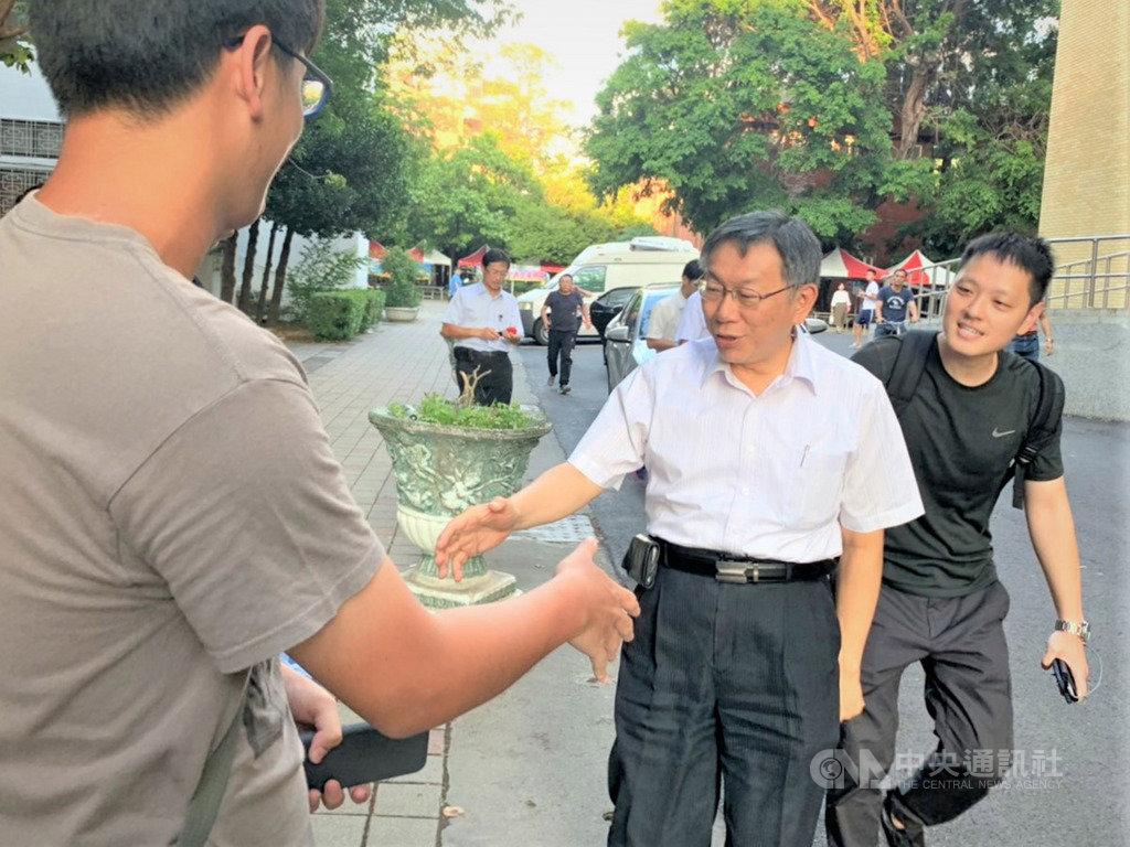 台北市長柯文哲(前右2)17日應邀前往高雄中學演講,受到學生熱烈歡迎。中央社記者程啟峰高雄攝  108年5月17日