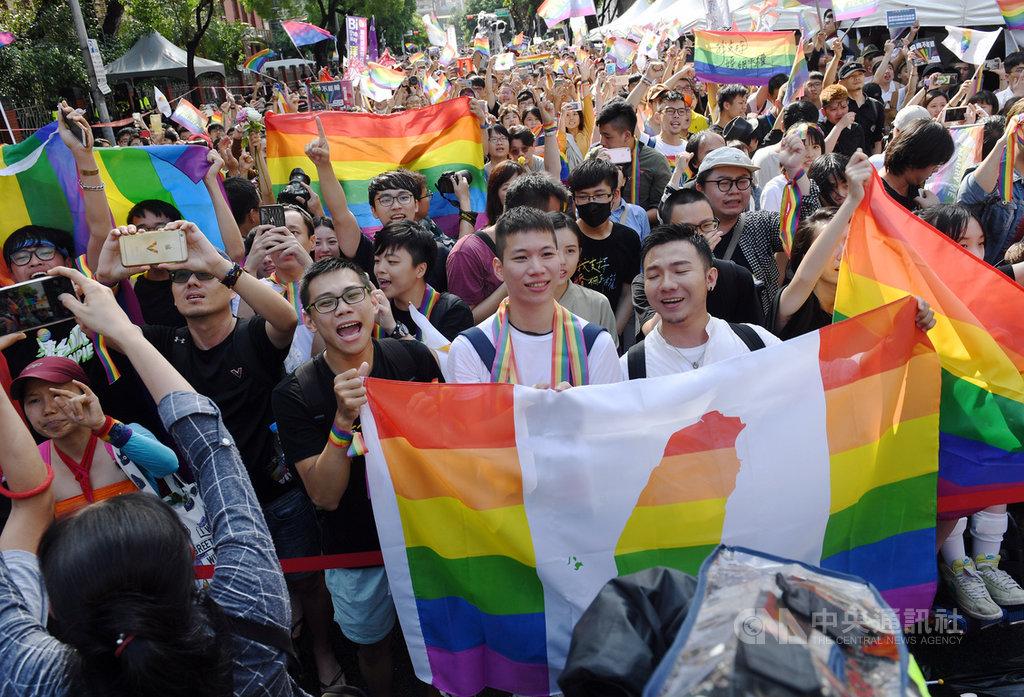 立法院會17日三讀通過司法院釋字第748號解釋施行法,台灣成為亞洲第一個同性婚姻合法化國家,在立院外守候的挺同團體婚姻平權大平台支持者開心揮舞旗幟。中央社記者施宗暉攝 108年5月17日