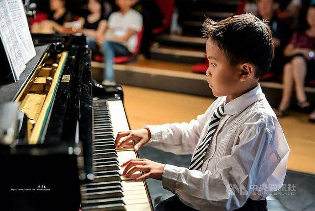 2019總統教育獎得獎名單17日揭曉,11歲、就讀台南市大灣國小的蘇漴瑋為得主之一,儘管因視網膜剝離而失明,他仍積極克服逆境,展現音樂潛能,多次在特殊才藝、視障音樂大賽中得名。(教育部提供)中央社記者陳至中傳真 108年5月17日