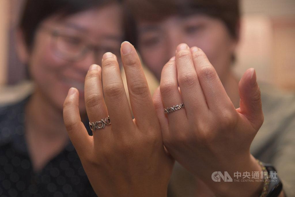 立法院17日三讀通過同婚專法,與伴侶皮皮(右)情牽22年的女同志Connie(左)說,雖然專法不是100分,但仍代表同志人權邁進了一大步。中央社記者孫仲達攝 108年5月17日