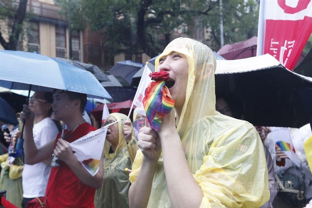 立法院17日處理同婚專法,挺同團體婚姻平權大平台支持者聚集立法院外,在雨中關注立院表決進度,呼口號表達訴求。中央社記者施宗暉攝 108年5月17日