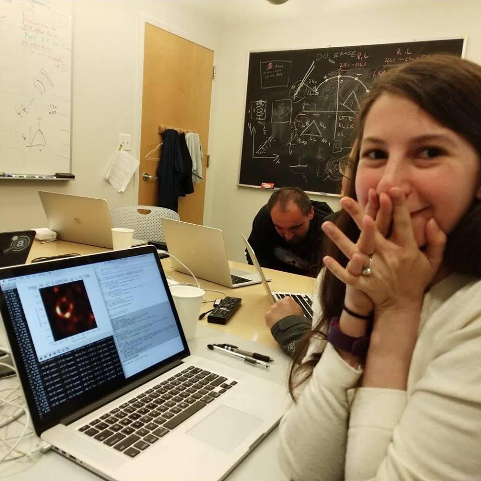 年僅29歲美國電腦科學家布曼所開發的演算法,讓黑洞照片成為可能。(圖取自facebook.com/katie.bouman.3)
