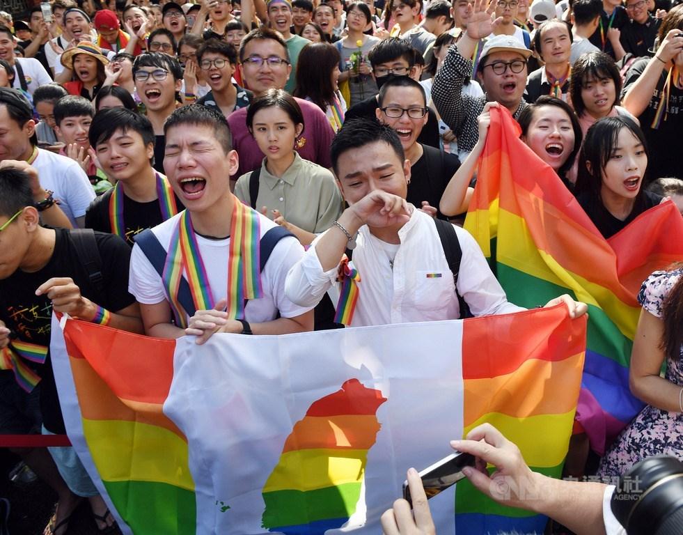 立法院會17日下午三讀通過司法院釋字第748號解釋施行法,台灣正式成為亞洲第一個同性婚姻合法化國家,在院外守候的支持群眾獲知後相當振奮,有些人難掩感動落淚。中央社記者施宗暉攝 108年5月17日