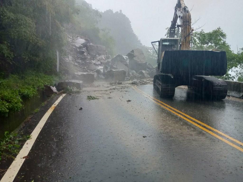 強降雨來襲,台21線新中橫公路131公里處18日發生上邊坡大石崩落,造成同富隧道路段交通阻斷。(公路總局提供)中央社記者蕭博陽南投縣傳真 108年5月18日