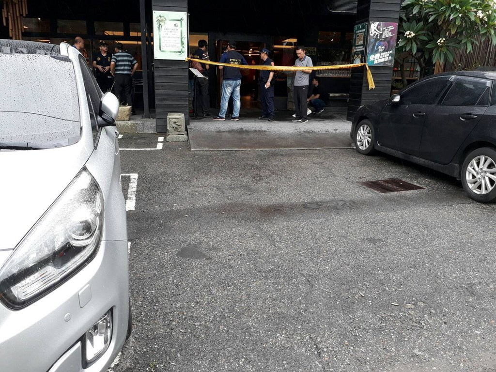 台中市沙鹿區中山路一家茶館18日上午發生槍擊案,一名歹徒到場開26槍後逃逸,警方全力追緝。(翻攝畫面)中央社記者蘇木春傳真 108年5月18日