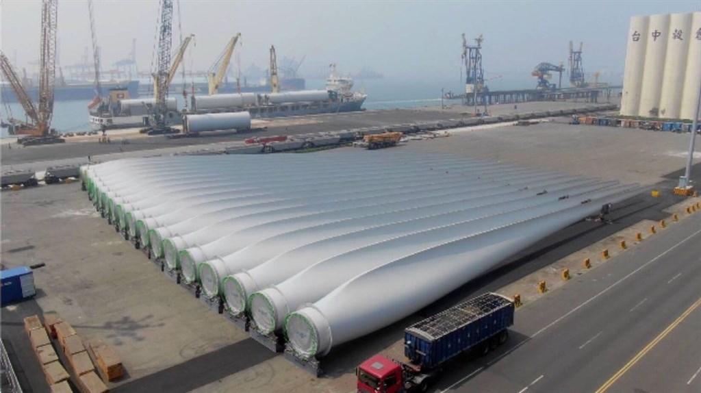 台灣首座離岸風場18日開工,總統蔡英文透過臉書發文表示,台灣發展離岸風電,有3項重要的意義,除帶動兆元投資外,還包括創造本土風電供應鏈、產學合作培養人才。(圖取自facebook.com/tsaiingwen)