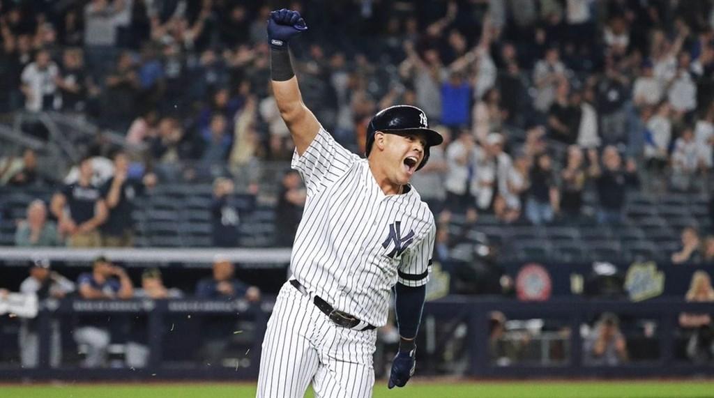 MLB紐約洋基17日主場迎戰坦帕灣光芒,洋基第9棒打者厄薛拉(前)在9局下兩人出局時,揮出再見安打,讓洋基4比3擊敗光芒。(圖取自twitter.com/yankees)