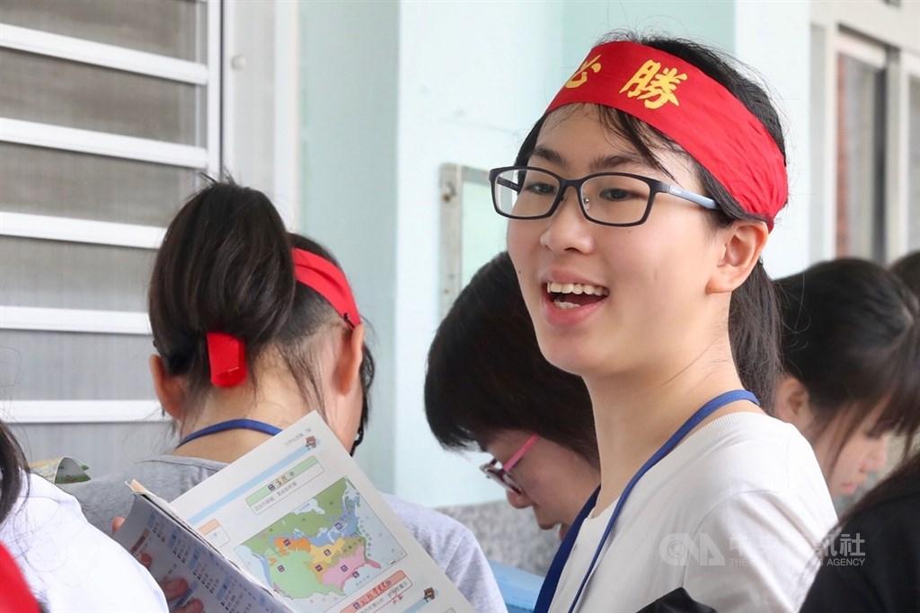 108年國中教育會考18日登場,考生在頭上綁上「必勝」字樣布條,為自己加油打氣。中央社記者吳翊寧攝 108年5月18日