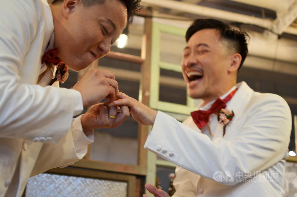 男同志林孟寰(左)與交往8年男友周浚鵬(右)5日舉辦婚禮派對,除了邀請許多好友、同事到場,雙方父母也都出席,表達對他們的祝福。兩人將在24日同婚合法當天正式登記結婚。中央社記者徐薇婷攝 108年5月18日
