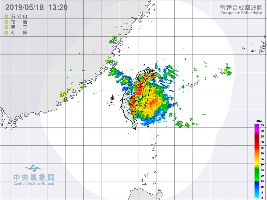 氣象局18日中午針對台灣本島19縣市發布豪大雨警報,提醒民眾要注意瞬間大雨。(圖取自氣象局網頁)