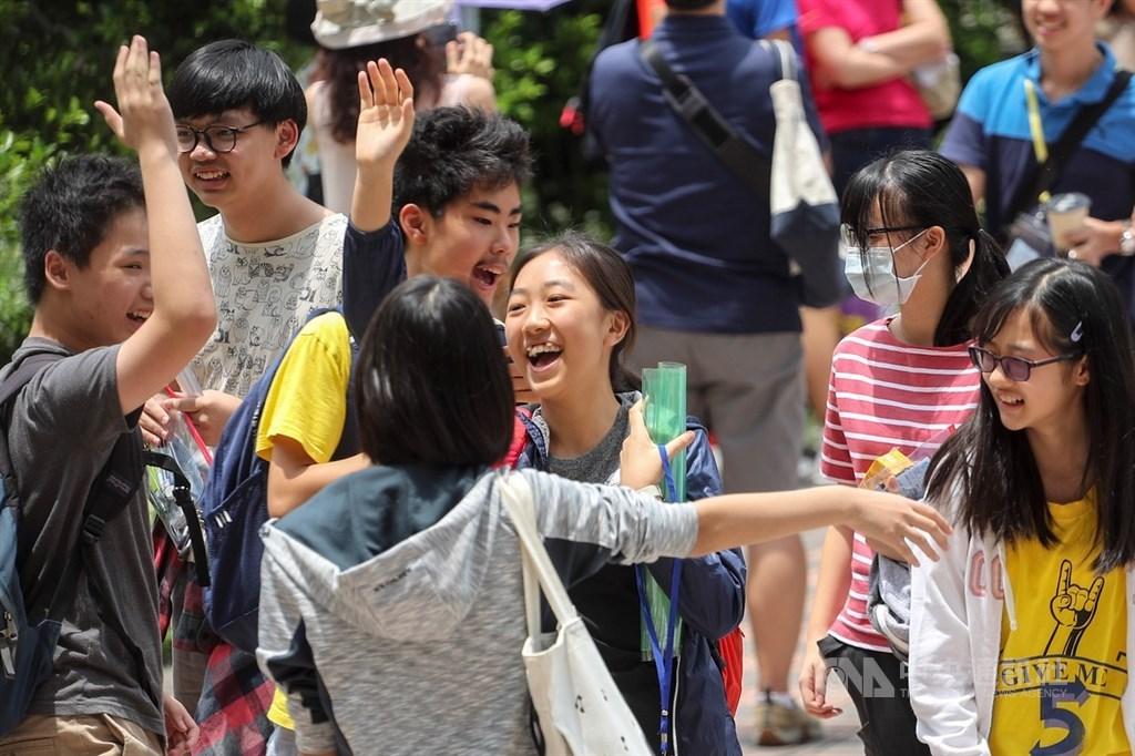 108年國中教育會考19日進入第二天,依序考自然、英語(閱讀)、英語(聽力),考生結束最後一科考試,與同學開心擊掌慶祝。中央社記者裴禛攝 108年5月19日