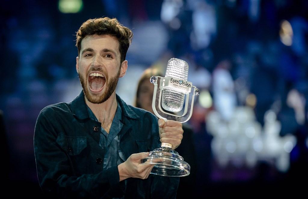現年25歲的荷蘭歌手勞倫斯19日在第64屆歐洲歌唱大賽總決賽總決賽,以「電子遊樂場」一曲擊敗另外25名競爭者,勇奪冠軍。(圖取自twitter.com/dunclaurence)