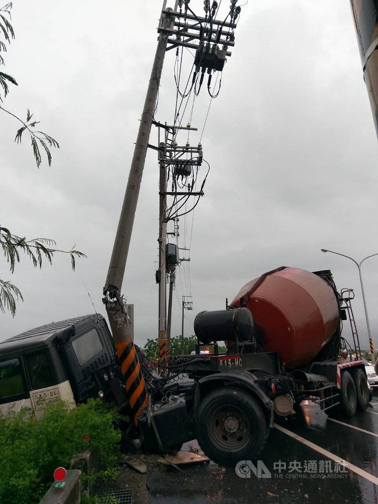 台南市20日下起大雷雨,南區一輛預拌混凝土車疑因天雨路滑,失控撞斷路旁電線桿。(翻攝相片)中央社記者張榮祥台南傳真 108年5月20日