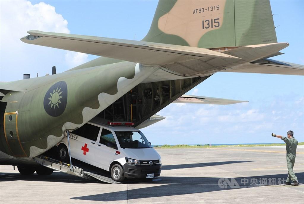 海洋委員會海巡署21日在南沙太平島海域舉行「南援四號」人道救援演練,重大傷患在南沙醫院接受檢查後,為避免多次搬運造成二次傷害,直接以加護型救護車開進空軍C-130運輸機,後送國軍高雄總醫院治療。中央社記者張皓安攝 108年5月21日