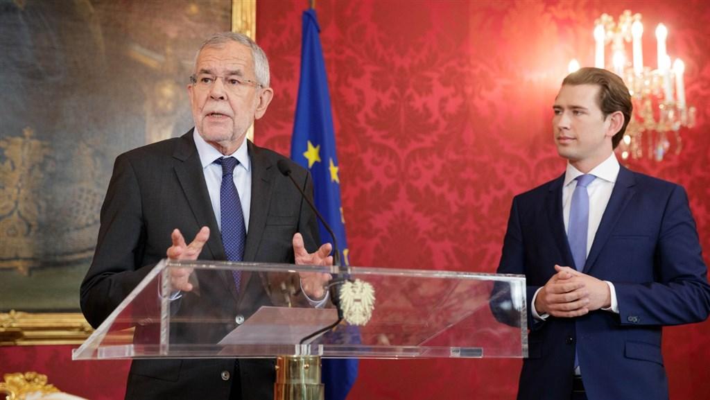 奧地利極右派副總理被踢爆疑涉通俄醜聞黯然下台,總統范德貝倫(左)宣布,將於9月提前改選。右邊為總理庫爾茨。(圖取自twitter.com/vanderbellen)