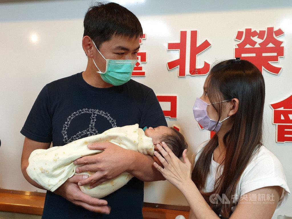 3月間出生的張小弟罹患罕病肝衰竭,急需換肝救命,他的母親(右)在坐月子期間排除萬難,捐肝救子,術後復原良好,近日將可出院返家。中央社記者陳偉婷攝 108年5月22日
