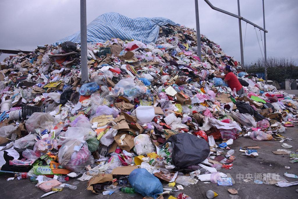花蓮縣議會22日進行縣政總質詢,有議員指出,縣內垃圾堆置量將近1萬5000公噸,目前除鳳林掩埋場外,其他都已滿載封閉或是即將滿載。環保局則回應,花蓮垃圾問題棘手在於沒有焚化爐。中央社記者李先鳳攝 108年5月22日
