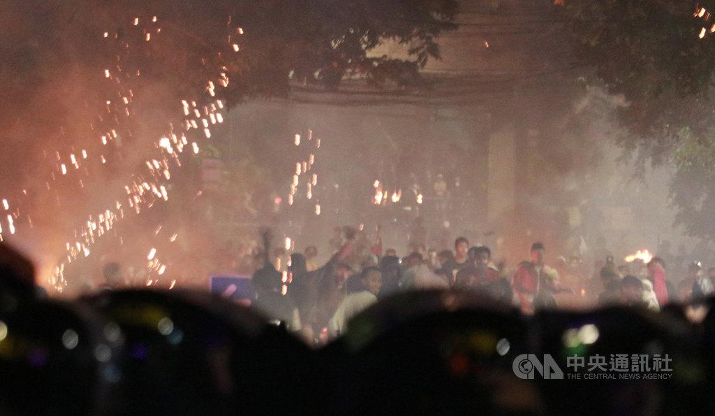 印尼軍警22日凌晨因群眾在街頭挑釁,以催淚瓦斯驅離,雙方對峙將近5多小時後,警方才撤離。中央社記者石秀娟雅加達攝 108年5月22日