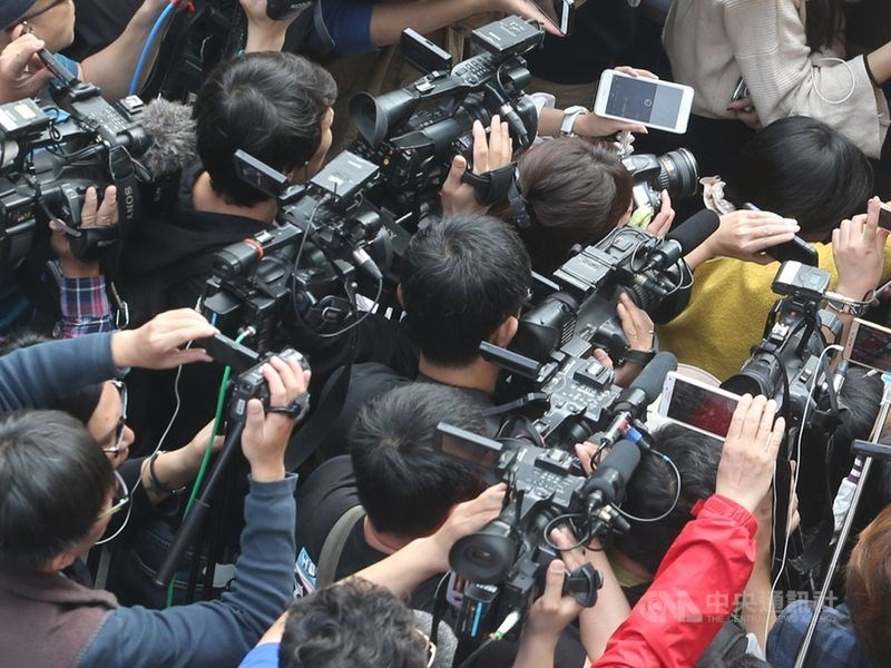 立法院社會福利及衛生環境委員會22日初審通過自殺防治法草案,明定媒體不得詳細描述自殺個案的自殺方法及原因,違者最重可處新台幣100萬元罰鍰。(示意圖/中央社檔案照片)