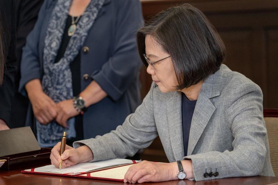 總統蔡英文(前)將簽署「司法院釋字第748號解釋施行法」的筆致贈給同志運動先驅祁家威。(圖取自facebook.com/tsaiingwen)
