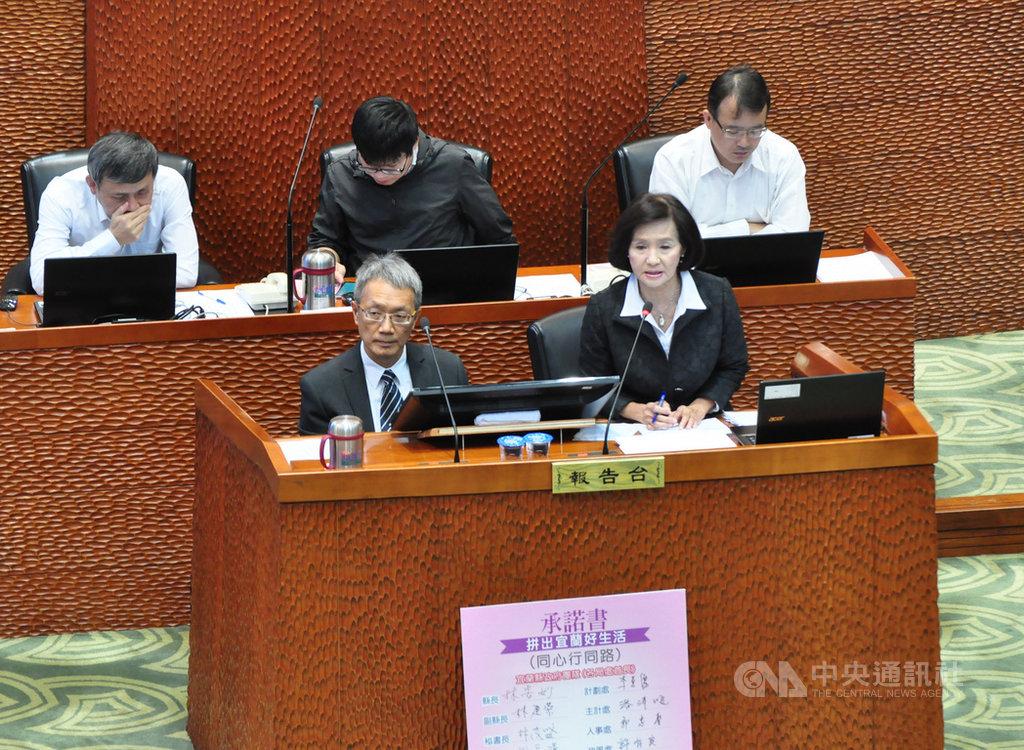 宜蘭縣長林姿妙(前右)23日前往縣議會接受施政總質詢,但她上台時,縣府秘書長林茂盛(前左)也跟著上台,坐在一旁陪備詢。中央社記者沈如峰宜蘭縣攝  108年5月23日