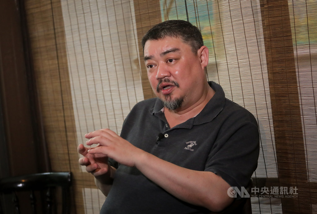 六四30年,當年20多歲的學生領袖,如今已是50多歲的中年人。對1968年生於北京的吾爾開希而言,「天命」早在鎮壓那刻起便已知曉;回首往事,他說絕不後悔,但若能重來,不會那麼篤定行動。中央社記者裴禛攝 108年5月23日