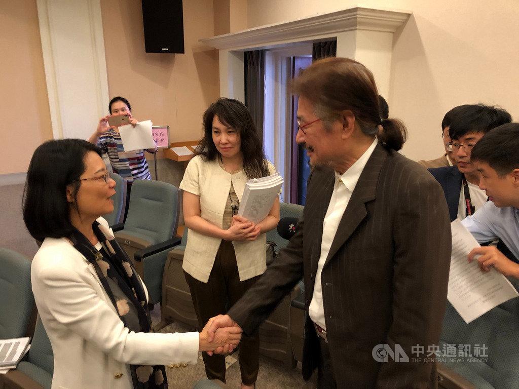 監察委員王美玉(左)今天召開泰源事件真相記者會,前民進黨主席施明德(右)到場旁聽,並與王美玉握手表示感謝。中央社記者王承中攝 108年5月24日